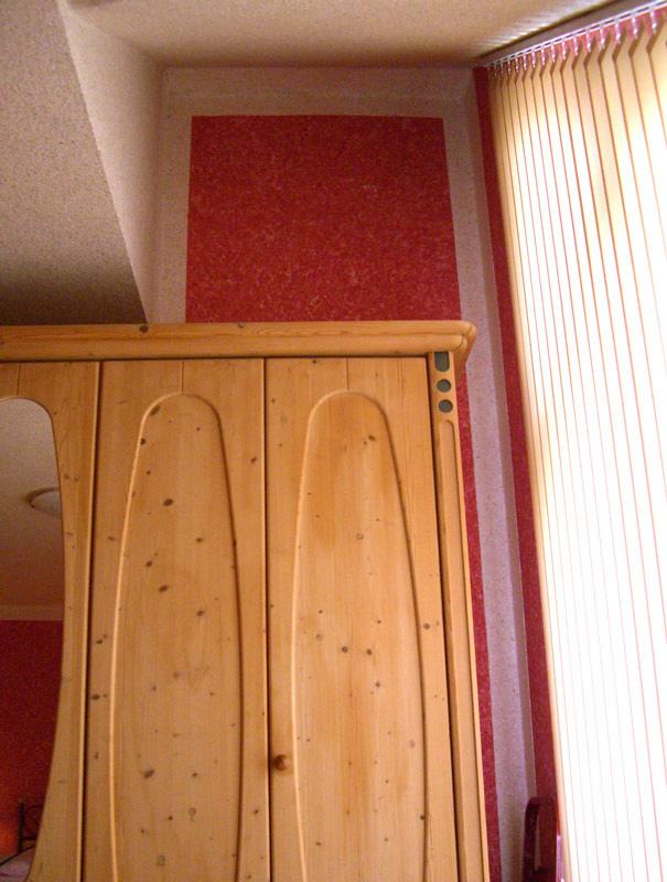 Gelbes Wohnzimmer und rotes Schlafzimmer